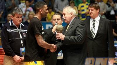 קית´ לנגפורד מקבל את תואר ה-MVP (יוסי ציפקיס)