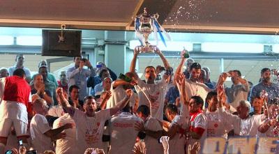 באדיר מניף את גביע המדינה (שי לוי)