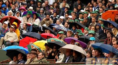 צופים עם מטריות ברולאן גארוס (GettyImages)