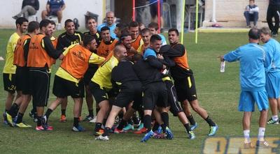 אלי כהן עם השחקנים במהלך תרגול הפוטבול (גיא בן זיו)