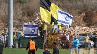 דגלי ישראל באימון בית&qout;ר, רגע לפני הפריצה לדשא (גיא בן זיו)