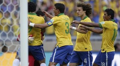 שחקני ברזיל מחבקים את סזאר לאחר עצירת הפנדל (רויטרס)