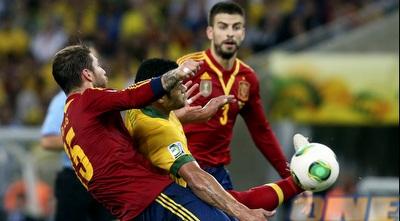 סרחיו ראמוס מנסה לחלץ את הכדור (רויטרס)