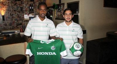 שחקני קבוצת הנוער של מכבי חיפה, מיכאל לאוטה וסתיו בן אהרון, עם תרומת המועדון (חגי ניזרי)