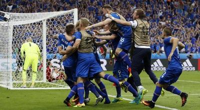 נבחרת איסלנד חוגגת עלייה לשמינית הגמר. צריך ללמוד ממנה (רויטרס)