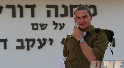 בן סהר ביום גיוסו לצה&qout;ל. הצבא מעוניין שהוא יעבור טירונות