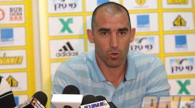 איציק קורנפיין במסיבת העיתונאים. את מי הוא ימנה למאמן בית&qout;ר ירושלים? (גיא בן זיו)