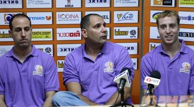 ליאור ליפשיץ עם היו&qout;ר והמאמן. &qout;ההרגשה היא אותה ההרגשה&qout; (אמיר לוי)