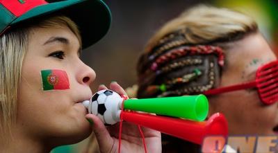 אוהדת נבחרת פורטוגל דוחפת את הנבחרת שלה קדימה (GettyImages)