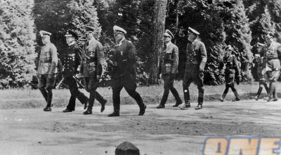היטלר עם חיילים נאצים (רויטרס)