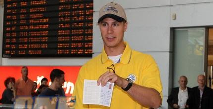 ג´ון שאייר מציג את הדרכון הישראלי (מור שאולי)