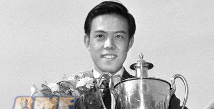 רונג גואוטואן עם הגביע מאליפות העולם ב-1959