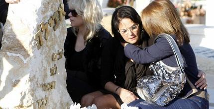 דורית כהן ליד קברו של אבי כהן ז&qout;ל (יוסי ציפקיס)