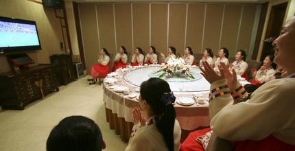 נשים בצפון קוריאה צופות בהקרנה ההיסטורית (רויטרס)