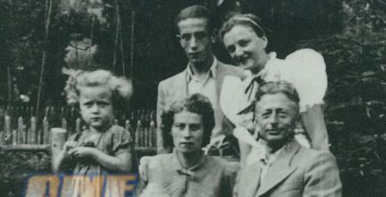 סאלה גולדהאר (הילדה משמאל) עם משפחתה