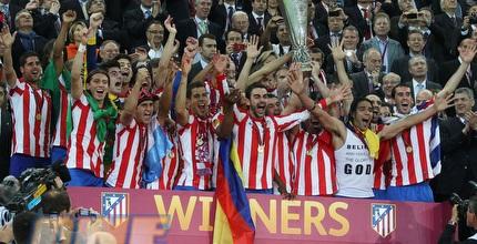 שחקני אתלטיקו מדריד מניפים את הגביע (GettyImages)