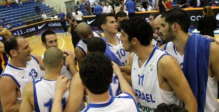 שחקני הנבחרת מרוצים בסיום המשחק (חגי ניזרי)