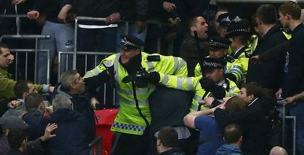 שוטרים מתעמתים עם אוהדי מילוול (רויטרס)