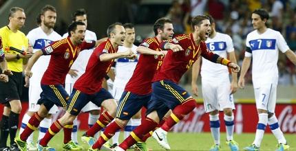שחקני ספרד חוגגים אחרי השער של נבאס (רויטרס)