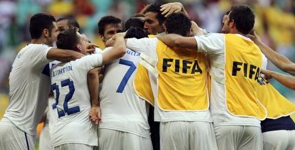 שחקני איטליה מחבקים את בופון  (רויטרס)