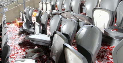 כסאות שבורים בבלומפילד (שי לוי)