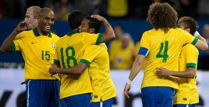 שחקני נבחרת ברזיל חוגגים. הסמבה נמשכת (רויטרס)
