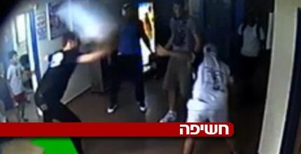 שון דניאל מכה את האוהד עם פח אשפה (צילום מסך)