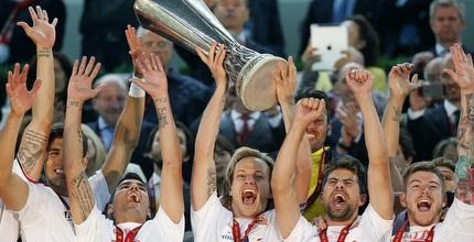 סביליה מניפה את גביע הליגה האירופית (רויטרס)