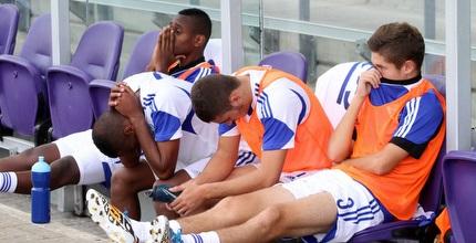 שחקני ישראל מאוכזבים על הספסל בסיום (חגי ניזרי)