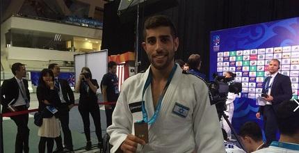 גולן פולק עם המדליה (הוועד האולימפי בישראל)