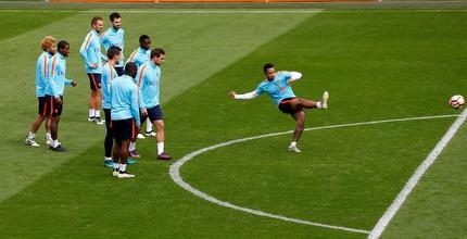 שחקני הולנד מביטים בממפיס באימון המסכם (רויטרס)