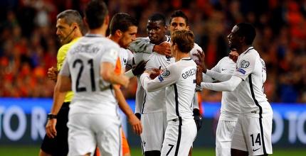 שחקני צרפת מברכים את פוגבה (רויטרס)