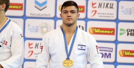 אלכס רסקופין עם המדליה (אחמד מוררה)