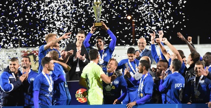 שחקני מכבי שעריים מניפים את גביע הטוטו (נעם מורנו)