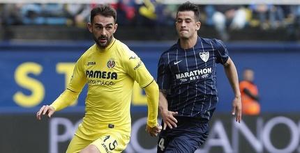 אדריאן מקדים את לואיס הרננדס (בכחול) (La Liga)