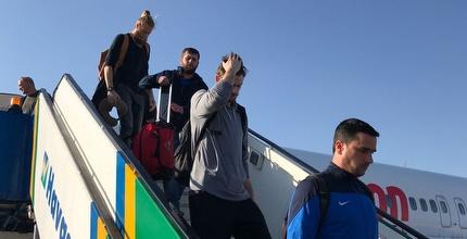 שחקני נהריה יורדים מהמטוס בטורקיה (אסי ממן)