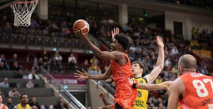 שון דוסון עולה לסל (FIBA)