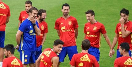 לופטגי עם שחקני נבחרת ספרד (רויטרס)