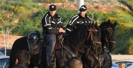 שוטרים מחוץ לאצטדיון, ארכיון (עמרי שטיין)