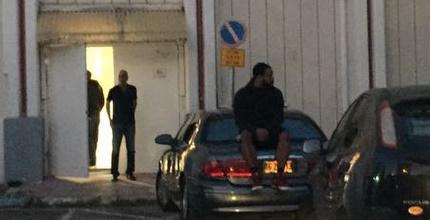 ארון בראון יושב על רכבו של ליאור וילהלם