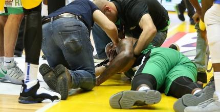 וויל גרייבס מקבל טיפול על הפרקט (איציק בלניצקי)
