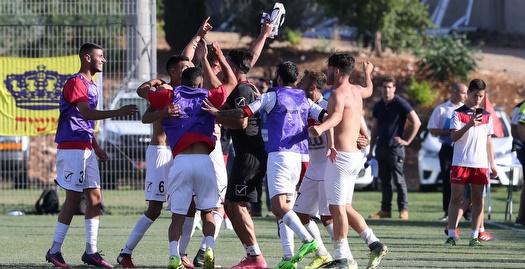 שחקני נצרת עילית חוגגים את ההישארות בליגה (אחמד מוררה)