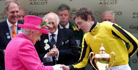 המלכה אליזבת' לוחצת את ידו של ג'יימס דויל (רויטרס)