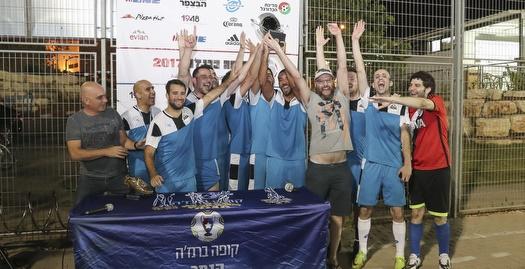מקאן מניפים את גביע הקופה ברזנ'ה 2017 (איציק בלניצקי)