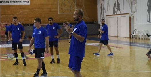 שנדובסקי מעביר את אימון הבכורה שלו (עמית שיסל, איגוד הכדוריד)