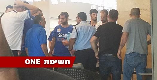 שחקני נבחרת ישראל והשוטרים במלון (דובי פיק)