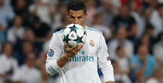 כריסטיאנו רונאלדו עם כדור המשחק (רויטרס)