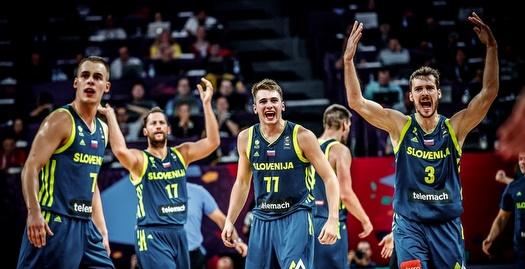 שחקני סלובניה חוגגים (FIBA)