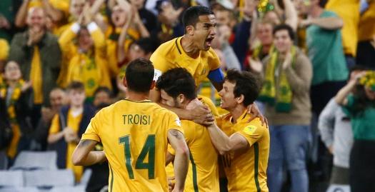 שחקני אוסטרליה חוגגים עם טים קייהיל (רויטרס)