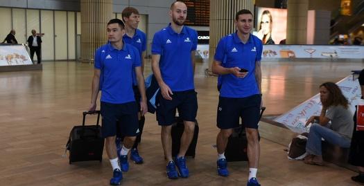 שחקני אסטנה בשדה התעופה (נעם מורנו)